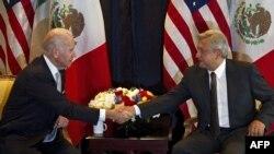En esta imagen de archivo tomada el 5 de marzo de 2012, el entonces vicepresidente de EE.UU., Joe Biden le da la mano al entonces candidato presidencial mexicano Manuel López Obrador.