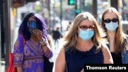 15일 미국 로스앤젤레스에서 마스크를 쓴 행인들.