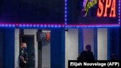 亚特兰大警方16日晚上在一处枪击案现场进行调查 (法新社)