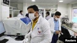 Le personnel médical se protège de l'épidémie de Covid-19 dans un hôpital à Sanaa, Yémen, le 17 mars 2020. (Reuters / Khaled Abdullah)