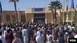 تصویری از تجمع اعتراضی مردم در فرماندازی شهرستان سراوان
