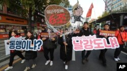 Warga Korsel melakukan unjuk rasa di Seoul, memrotes permintaan AS soal kenaikan biaya kehadiran militer Amerika di sana (foto: dok).