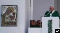 Le pape François célèbre la messe à Bari en Italie le 23 février 2020.