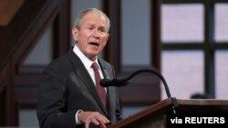 El expresidente George W. Bush durante el funeral del congresista John Lewis, en Atlanta, Georgia, el 3 de julio de 2020.