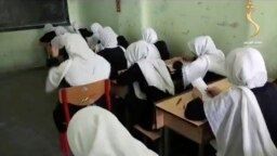 Gadis-gadis Afghanistan menghadiri kelas di sebuah sekolah di kota Herat, Afghanistan, 18 Agustus 2021. (Foto: Shamshadnews via REUTERS)