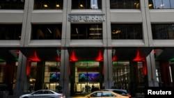 Tras un inicio de semana con varios obstáculos, la bolsa de Nueva York calificó en alza en tres de sus principales promedios, como el S&P 500 (en la imagen, su edificio sede), que volvió a un repunte por los pronósticos esperanzadores de los inversores.