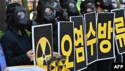Seul'deki Japonya Büyükelçiliği önünde toplanan Güney Koreli çevreci eylemciler, Japonya'nın nükleer facia yaşanan Fukushima santralindeki atık suyu denize boşaltma kararını protesto ediyor (4 Haziran 2021)