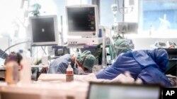 Nhân viên y tế trong một phòng chăm sóc đặc biệt tại bệnh viện ở Ý.