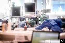 Медики работают в отделении интенсивной терапии больницы Брешии, Италия, в четверг, 19 марта 2020 года. Италия стала страной с наибольшим количеством смертей, связанных с коронавирусом, превзойдя Китай