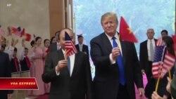 Phát biểu của ông Phúc về việc ông Trump cầm cờ VN gây tranh cãi