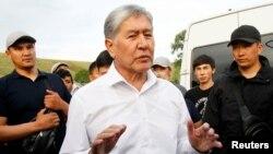 Daxlsizlik huquqidan mahrum qilingan Qirg'iziston sobiq prezidenti Almazbek Atambayev tarafdorlari davrasida, 2019-yil 27-iyun