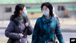 26일 북한 평양에서 시민들이 신종 코로나바이러스 감염증(COVID-19)을 막기 위해 마스크를 착용하고 있다.