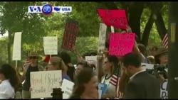 Manchetes Americanas 7 de Julho: Manifestantes contra a revogação do Seguro de Saúde do Estado