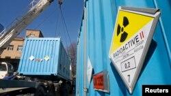 ARHIVA - Radnici istovaruju kontejner sa nuklearnom oznakom, sa obogaćenim uranjumom, u nuklearnom postrojenju u Kijevu, Ukrajina, 24. marta 2020.