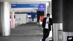 28일 미국 로스앤젤레스 국제공항에서 여행객이 휴대폰을 바라보고 있다.