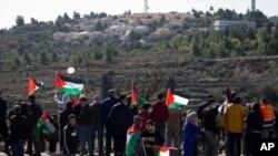 Palestinos protestan en noviembre pasado contra la visita del entonces secretario de Estado, Mike Pompeo, al asentamiento judío de Psagot, cerca de Al-Bireh. (AP)