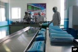 신종 코로나바이러스 사태가 세계적으로 계속되는 가운데 지난 9월 북한 평양의 류경생활용품공장에서 마스크가 생산되고 있다.