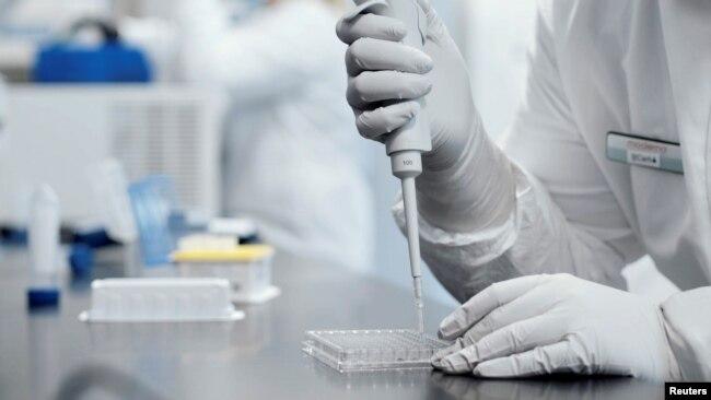 Istraživač u laboratoriji biotehnološke kompanije Moderna Inc.