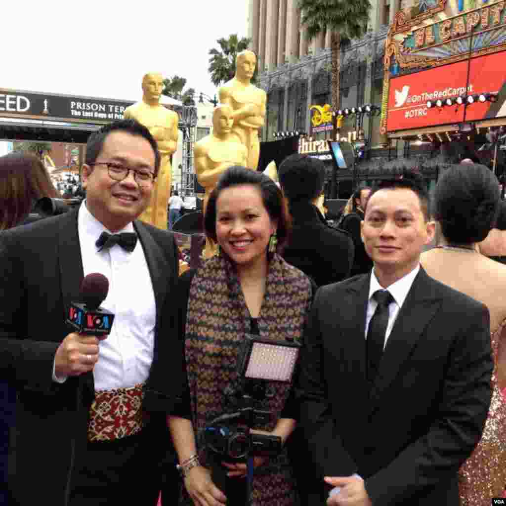 Tim VOA Indonesia di red carpet Academy Awards ke-86, Dolby Theater, Los Angeles, California, 2 Maret 2014.