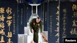 清明节前夕,一名老兵在烈士陵园前面清扫地板(资料照片)。