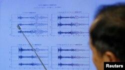Un météorologiste observe l'activité tectonique au cours d'une conférence de presse à Tokyo, Japon, 3 septembre 2017.