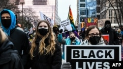 Protestni skup ispred sudnice u Mineapolisu za vreme suđenja Dereku Šovinu, 19. aprila 2021.
