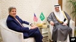 ລມຕ ຕ່າງປະເທດສະຫະລັດ John Kerry(ຊ້າຍ)ພົບປະ ກັບທ່ານ Adel al-Jubeir ລມຕ ຕ່າງປະເທດ ອາຊອຸອາເຣເບຍ(ຂວາ) ທີ່ນະຄອນຫຼວງ Riyadh, ວັນທີ 7 ພຶດສະພາ 2015.