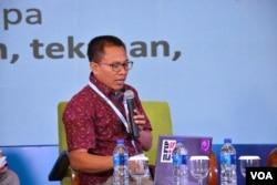 """Ketua AJI, Abdul Manan, mengulas tentang peluang dan praktik-praktik """"Kebebasan Pers di Era Digital"""" dalam VOA Affiliates Conference di Yogyakarta. (Foto: dok)"""