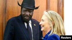Tổng thống Salva Kiir của Nam Sudan mở cuộc hội đàm với Ngoại trưởng Clinton tại dinh tổng thống trong thủ đô Juba