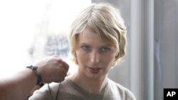 ARSIP - Chelsea Manning, kanan, dibantu untuk memasang mikrofon sebelum pemunculannya di sebuah forum, di Nantucket, Mass, 17 September 2017 (foto: AP Photo/Steven Senne)
