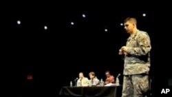 在战争剧场演出之后,军人们以市政会议的方式展开讨论