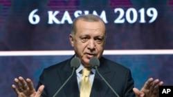 លោក Recep Tayyip Erdogan ប្រធានាធិបតីតួកគីថ្លែងនៅក្នុងកិច្ចប្រជុំមួយក្នុងក្រុងអង់ការ៉ា ប្រទេសតួកគី កាលពីថ្ងៃទី៦ ខែវិច្ឆិកា ឆ្នាំ២០១៩។