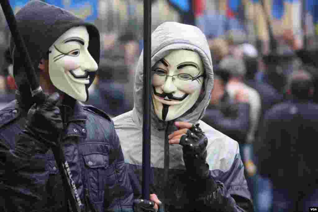 Маска, кто ты? Национальные идеи и маски «Анонимус». Выглядит гротескно, но позволяет быть замеченным в многотысячной толпе