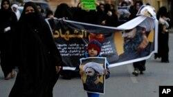3일 바레인 다이흐 시에서 시위대가 처형당한 시아파 성직자 셰이크 니므르 알 니므르 사진을 들고 사우디 아라비아를 규탄하는 거리 행진을 하고 있다.