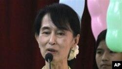 缅甸民主运动领导人昂山素季2月13日在仰光一个纪念其父诞辰97周年的仪式上讲话