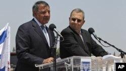 Menhan AS Leon Panetta (kiri) dan Menhan Israel Ehud Barak memberikan konferensi pers bersama saat mengunjungi lokasi pertahanan anti misil 'Iron Dome' di Ashkelon, Israel selatan (1/8).