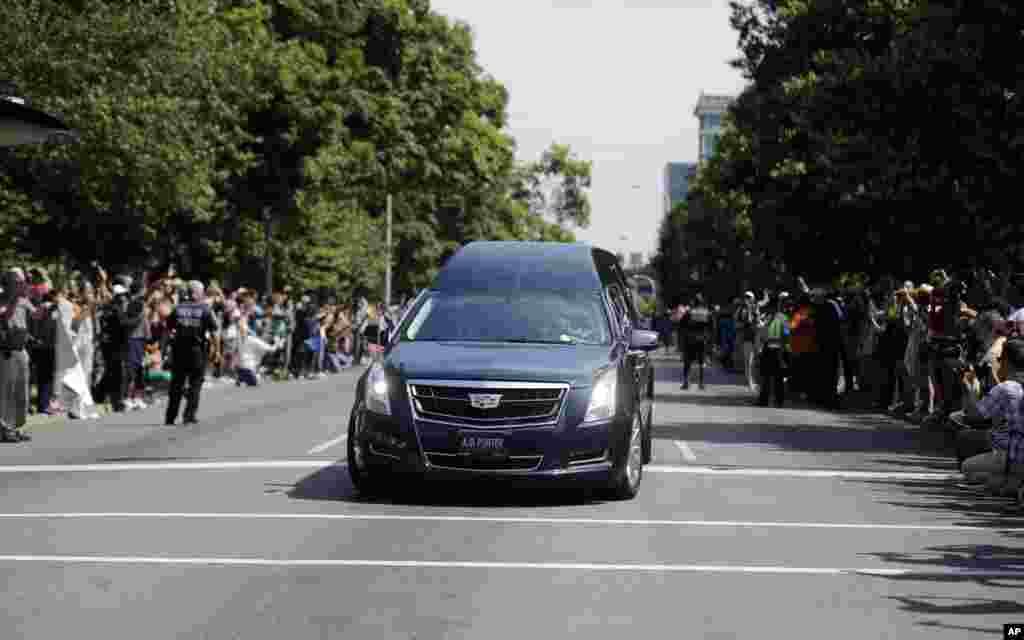Kerumunan orang memenuhi jalan yang dilalui mobil yang membawa jenazah Muhammad Ali di Louisville, Kentucky, 10 Juni 2016.