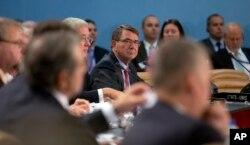 Bộ trưởng Quốc phòng Mỹ Ashton Carter trong cuộc họp với các bộ trưởng trong khối NATO tại Brussels, ngày 8/10/2015.