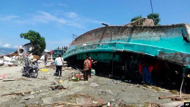 Más de 1.400 murieron por sismo y tsunami en Indonesia.