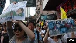 香港市民吳小姐(左一)參加今年71遊行,要求新任香港特首梁振英下台(美國之音湯惠芸)