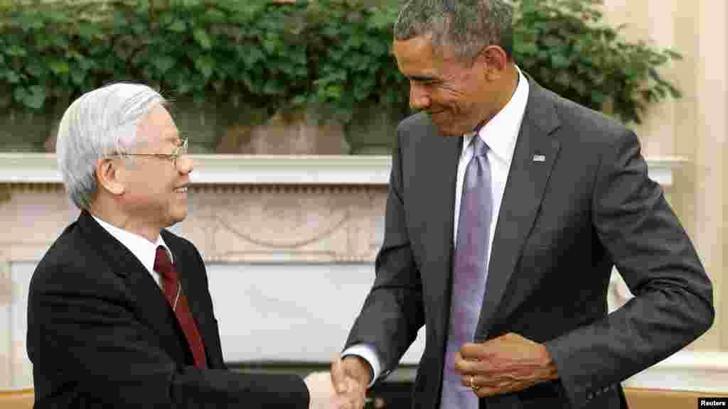 """'Việt Nam không quay lưng lại với Trung Quốc dù gần Mỹ' Trong một bài bình luận, tờ Hoàn cầu Thời báo của Trung Quốc viết rằng việc """"Việt Nam tiến lại gần hơn Mỹ là một tiến trình tự nhiên đối với việc phát triển nền kinh tế dựa vào xuất khẩu ở Đông Nam Á, nhưng điều này không đồng nghĩa với việc Hà Nội có ý định xa lánh Trung Quốc, vì điều đó sẽ làm tổn hại tới mối quan hệ kinh tế với một đối tác thương mại quan trọng""""."""