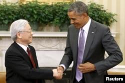 Tổng thống Mỹ Barack Obama bắt tay tổng bí thư đảng Cộng sản Việt Nam Nguyễn Phú Trọng tại phòng Bầu dục của Tòa Bạch Ốc.
