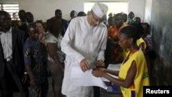 Lionel Zinsou, le Premier ministre du Bénin et candidat à cette présidentielle, arrive pour voter dans un bureau de Cotonou, le 6 mars 2016. (REUTERS/Akintunde Akinleye)