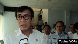 Menteri Hukum dan HAM, Yasona Laoly, mengunjungi kantor Imigrasi Surakarta, 31 Maret 2015 (Foto:VOA/Yudha)
