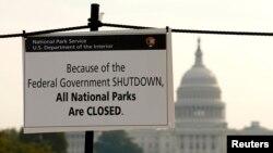 Un rótulo en la alameda nacional advierte que todos los parques nacionales en Estados Unidos están cerrados por la parálisis gubernamental.
