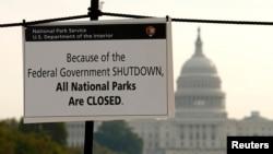 Thông báo đóng cửa Quảng trường Quốc gia Washington. Phía sau là Trụ sở Quối hội Mỹ.