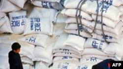 Các nhà quan sát nghi ngờ rằng thức ăn sẽ không vào tay những người cần nhất, mà sẽ vào tay bộ đội Bắc Triều Tiên