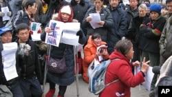 2008年12月10日在中国外交部外喊冤的上访人员
