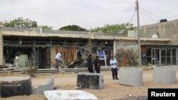 Chủ nhân dọn dẹp cửa hàng sau vụ đánh bom tự sát tại gần thành phố Mistrata, Libya, ngày 31/5/2015.