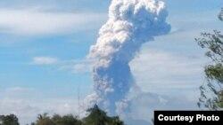 Gunung Soputan yang terletak Minahasa, Sulawesi Utara, Rabu pagi (3/10) meletus (foto: BNPB).